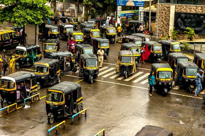 孟买大乡绅,印度- 2018年8月25日 Tuk等待在大乡绅的,主要城市的印度一大广场的tuk人力车在印度 免版税库存照片