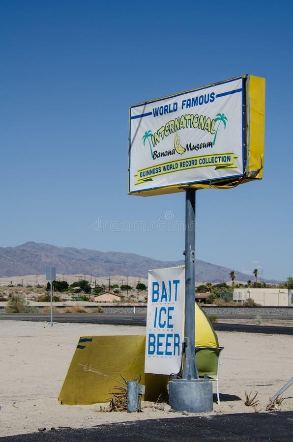 孟买海滩,加州:国际香蕉博物馆的标志沿CA-99的在莫哈维族沙漠 库存图片