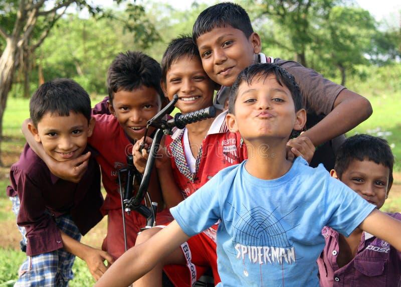 孟买,印度,06 23 2013年 在星期天下午,从孟买的印度孩子,微笑和使用为照相机的一个小组 免版税图库摄影