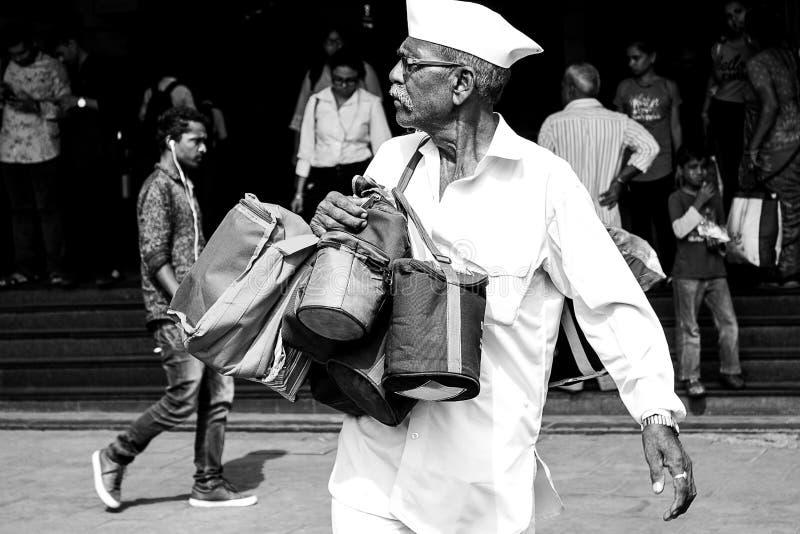 孟买,印度,11月20日2018年/在教堂门火车站的著名Dabbawala饭盒服务;在白色打扮的操作员 库存图片