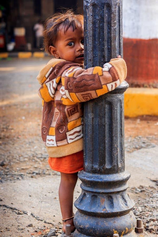孟买,印度- 2014年12月12日:漫游在孟买街道上的下面特权女孩画象  库存图片