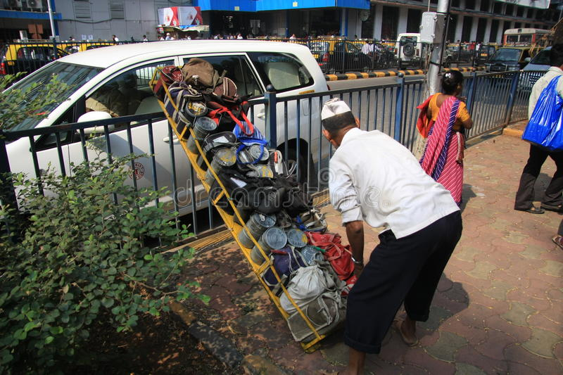 孟买/印度- 24/11/14 -在教堂门火车站的Dabbawala交付在有安置tiffin的dabbawala的孟买运载条板箱 库存照片