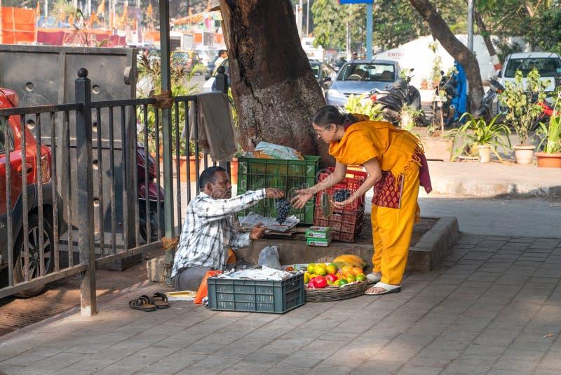 孟买16 01 2019年:卖果子的人为印度妇女 库存图片