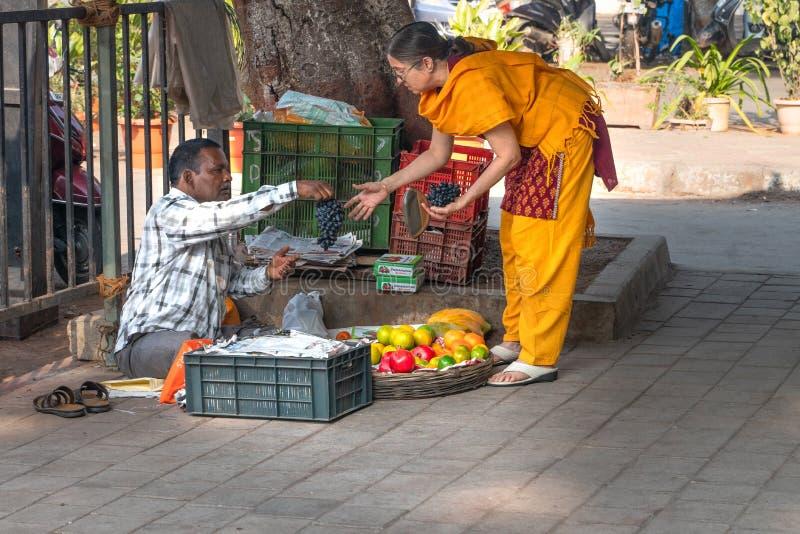 孟买16 01 2019年:卖果子的人为印度妇女 免版税库存图片