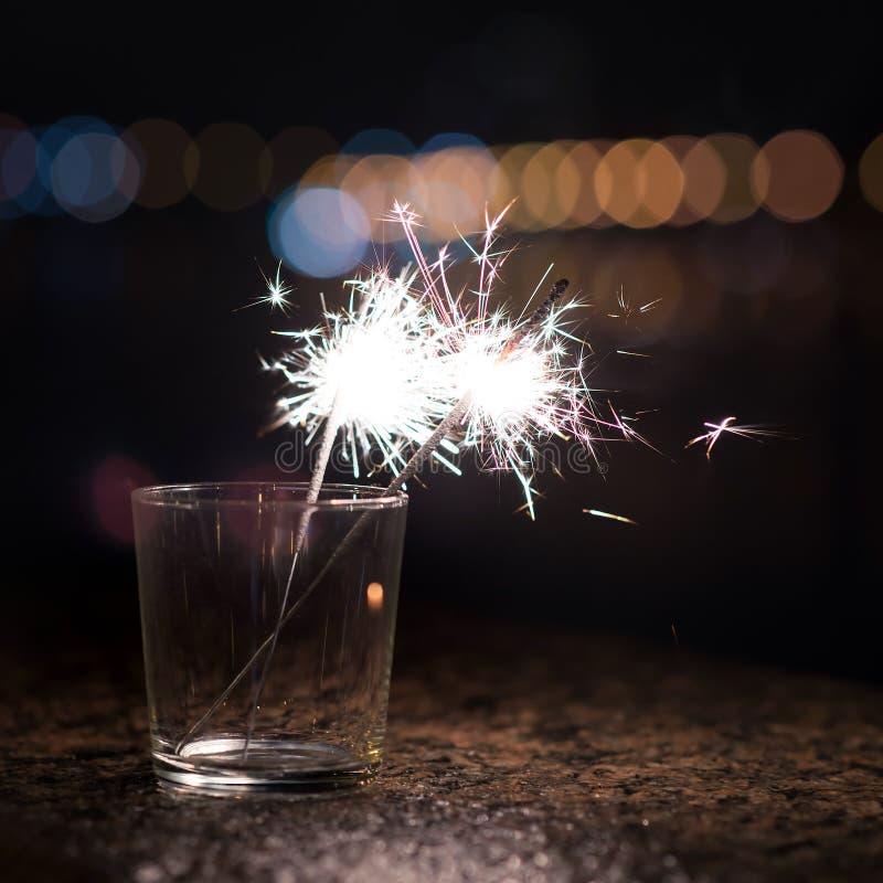 孟加拉光,在玻璃的闪烁发光物 背景圣诞节关闭红色时间 库存图片