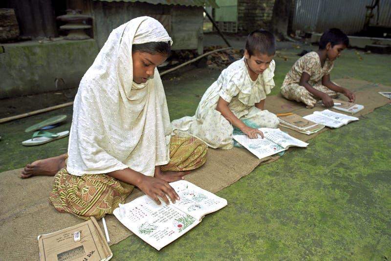 孟加拉国的女孩的室外教育 库存照片