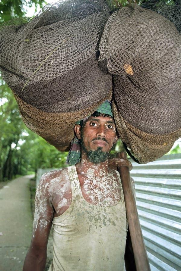 孟加拉国的渔夫用力拖的渔网画象  库存图片
