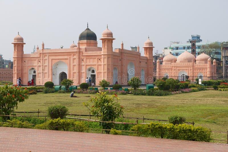 孟加拉国达卡拉巴格堡背景的比比帕里陵墓和住宅建筑 库存照片
