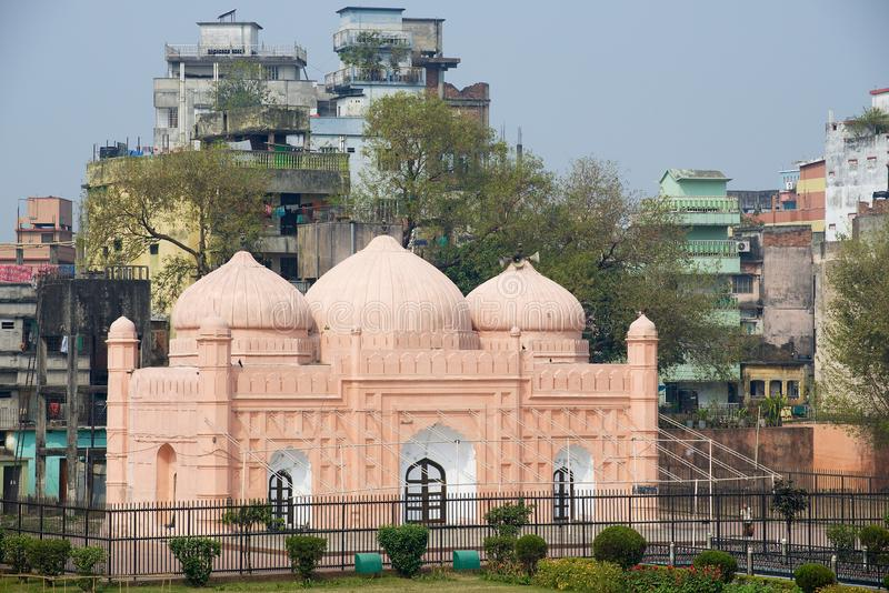 孟加拉国达卡的拉尔巴格堡清真寺外,背景是住宅楼 库存图片