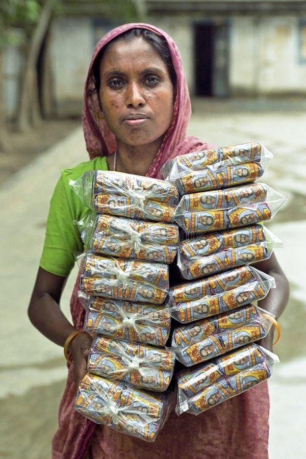 孟加拉妇女在工厂运载堆香烟 库存照片