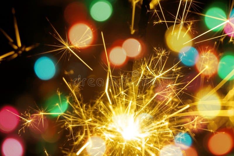 孟加拉火、闪烁发光物和五颜六色的bokeh圣诞节,新年背景 图库摄影