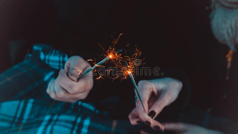 孟加拉火棍子,闪耀,燃烧,恋人手火 图库摄影