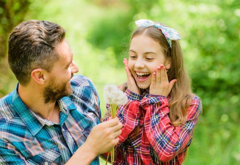 季节性过敏概念 比过敏长得快 幸福家庭假期 父亲和女孩享受夏令时 爸爸和 免版税库存图片
