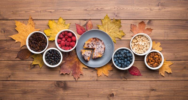 季节秋季背景 木背景上的枫叶和蛋糕框 库存图片