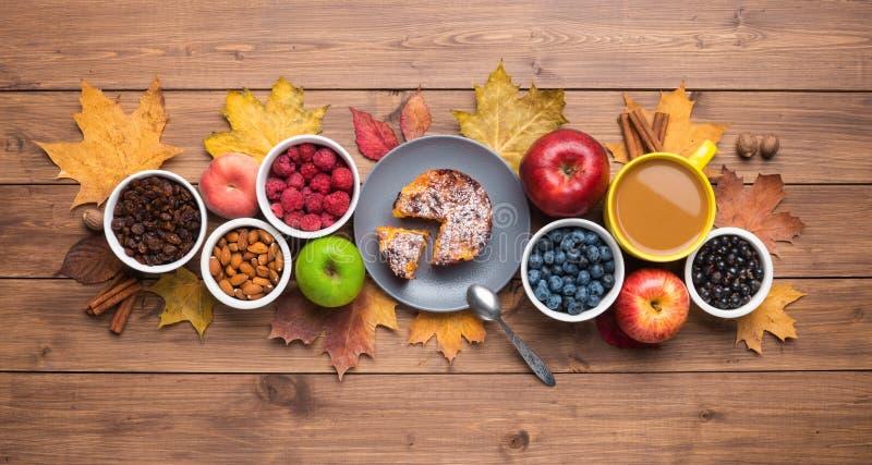 季节秋季背景 木背景上的枫叶和蛋糕框 库存照片