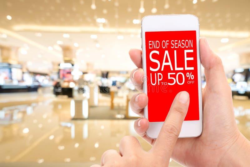 季节销售的结尾由50%促进折扣消费者Shopp决定的 免版税图库摄影
