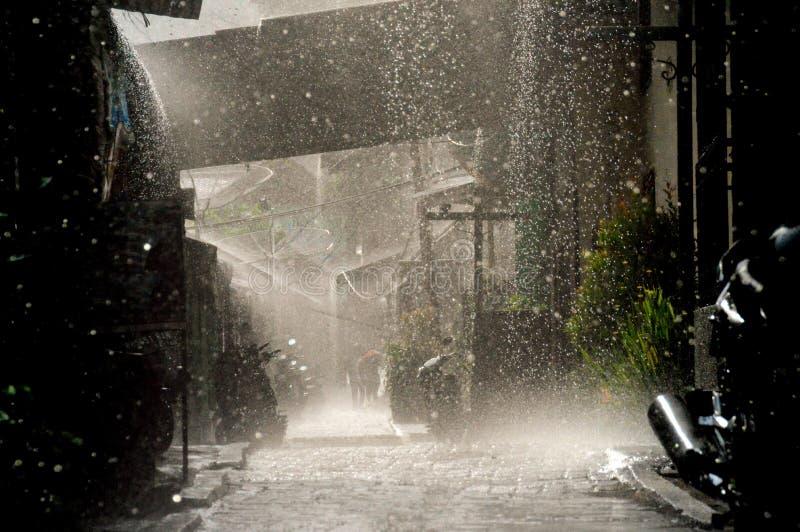 季风雨在村庄 免版税库存照片