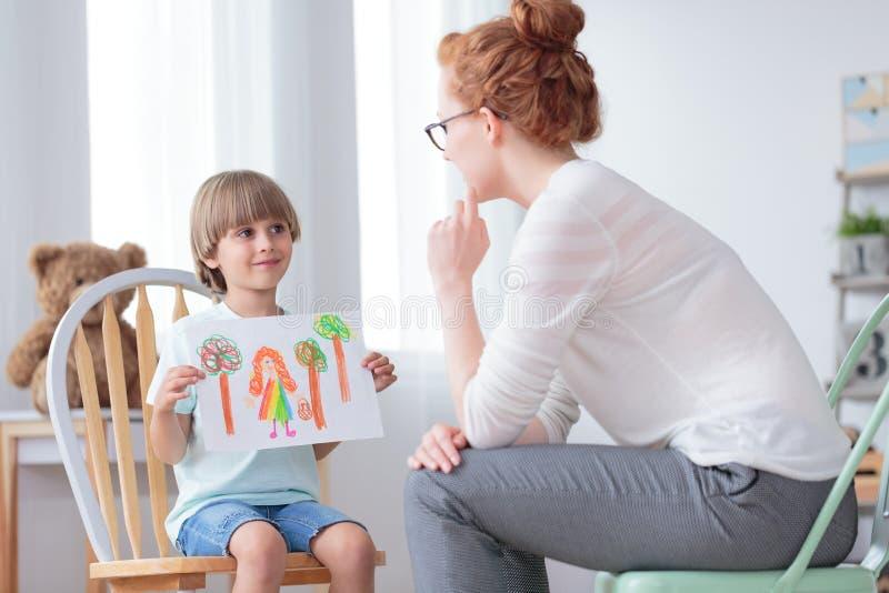 孤儿男孩和养父母 免版税图库摄影