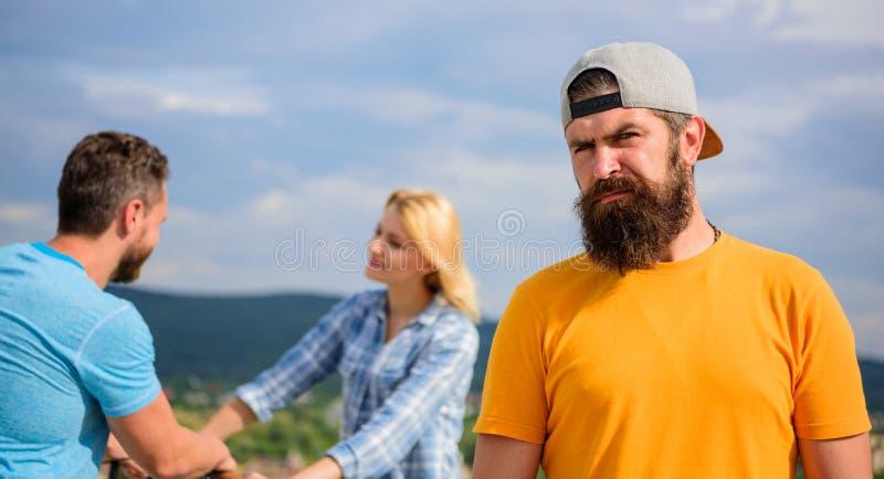 孤独人的成人,当朋友愉快的家庭生活时 没有浪漫在他的生活中 在夫妇前面的行家哀伤的面孔  库存图片