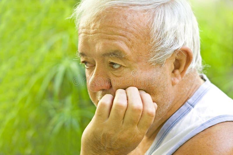 孤独和哀伤的老人 库存照片
