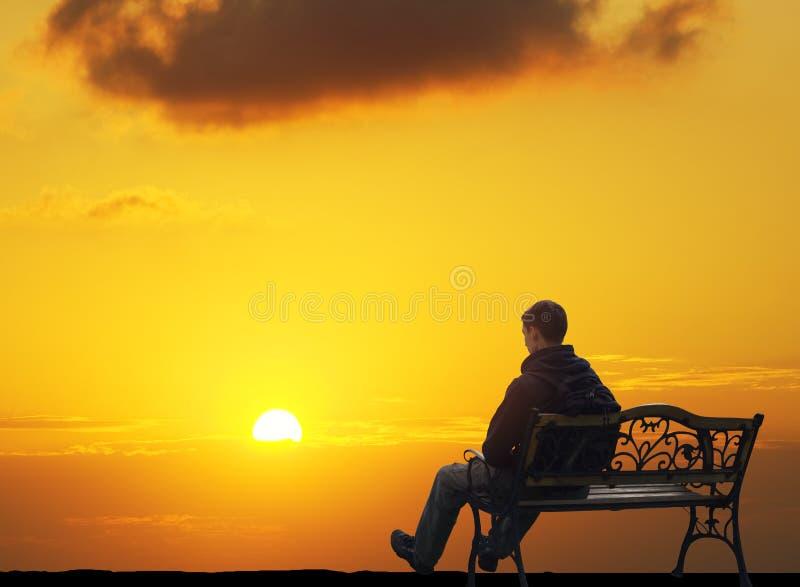 孤独的人坐衰落 图库摄影