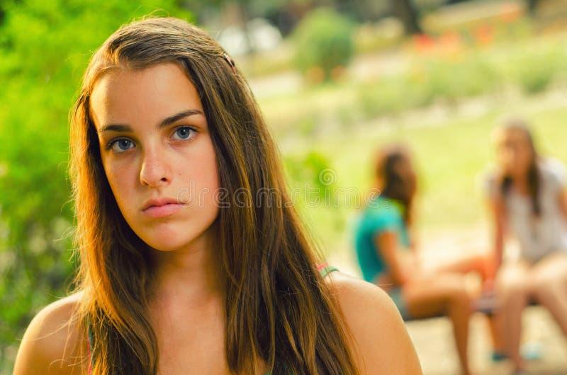 孤独的十几岁的女孩在公园 库存图片