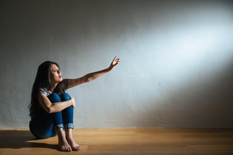孤独的受害者的被打击的被滥用的妇女概念 图库摄影