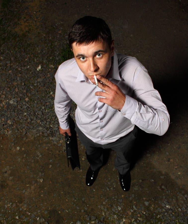 孤独的吸烟者 免版税库存图片