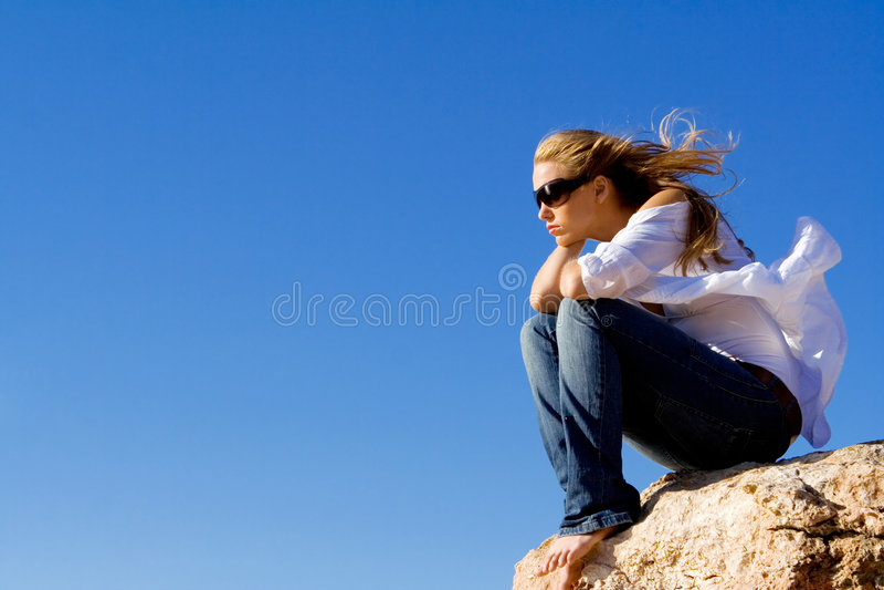 孤独的哀伤的妇女 免版税库存图片