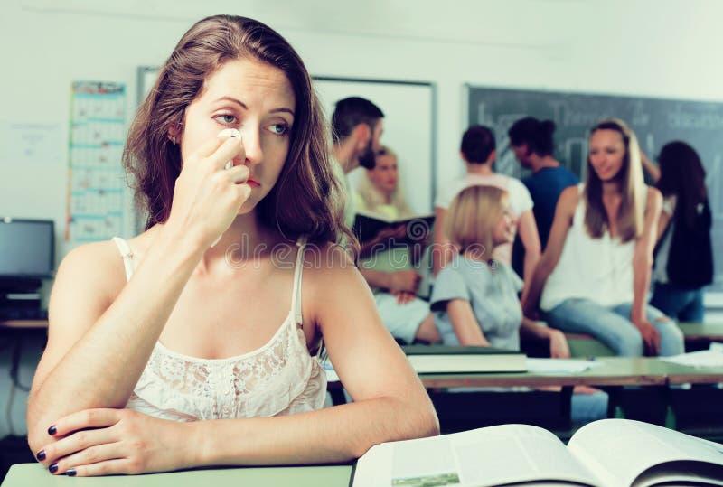 孤独的哀伤的学生在教室 免版税图库摄影