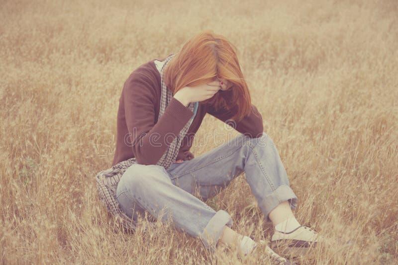 孤独的哀伤的红发女孩 免版税库存照片