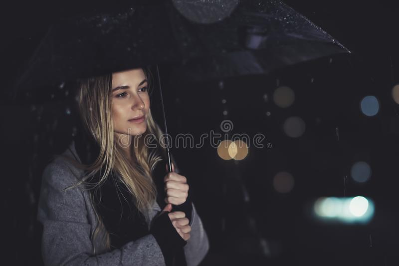 孤独的妇女在晚上 图库摄影