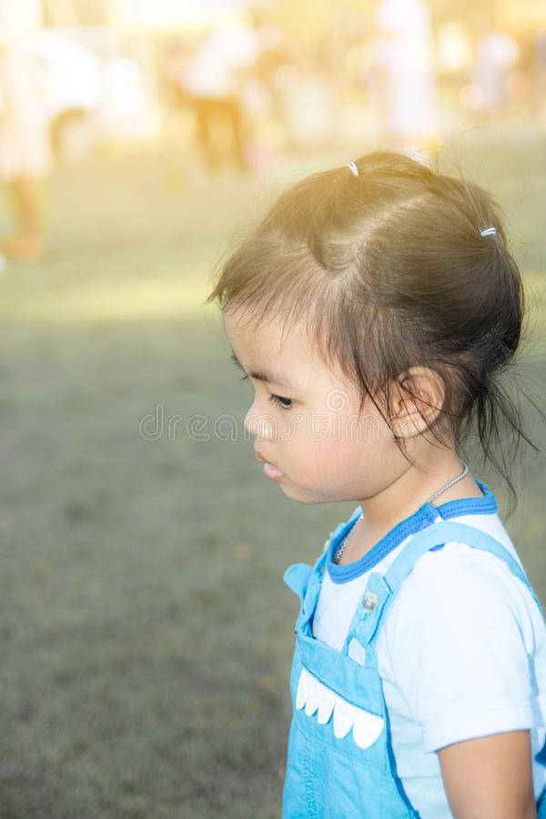 孤独的孩子很伤心 免版税库存图片