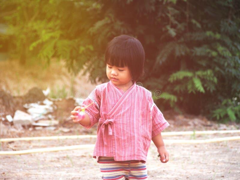 孤独的孩子很伤心 库存照片