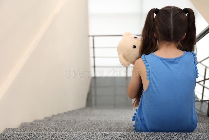 孤独的小女孩坐台阶 库存照片
