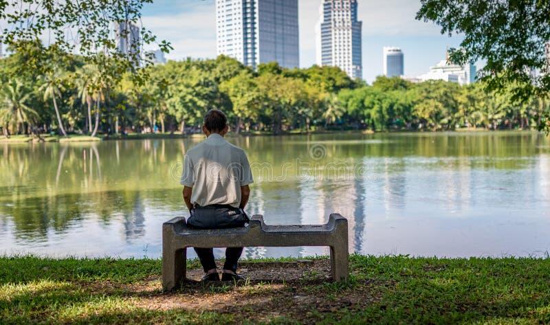 孤独的老人在公园 免版税库存图片