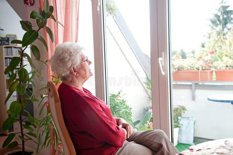 孤独的老妇人 库存照片