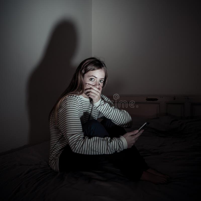 孤独cyberbullying的感觉的手机的受害者的沮丧的少年女孩哀伤,不快乐和 库存照片