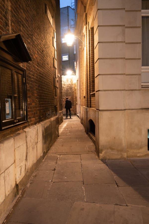 孤立人在巷道 免版税库存照片