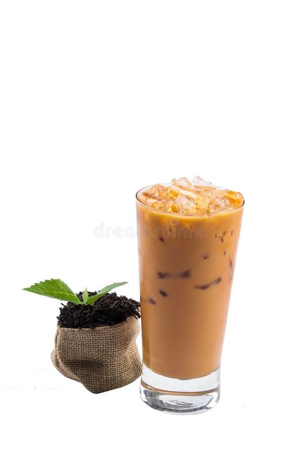 孤立冰了泰国茶玻璃杯子用干和新鲜的茶叶 免版税库存照片
