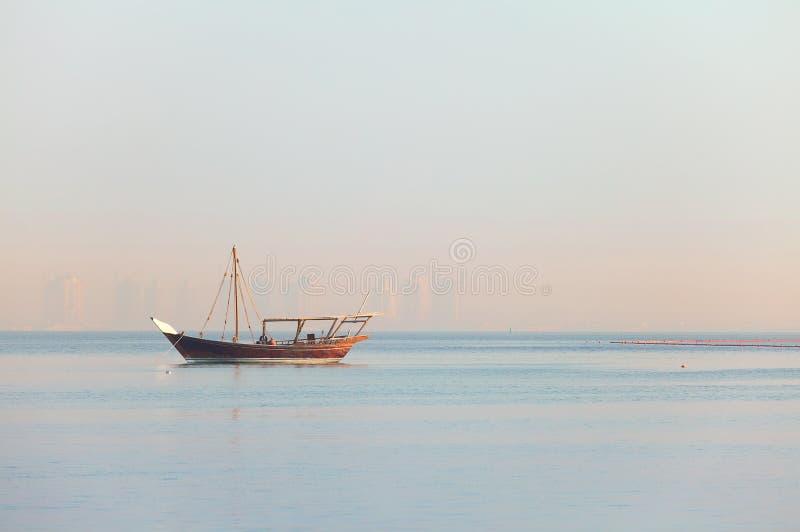 孤立单桅三角帆船在卡塔尔 免版税库存图片