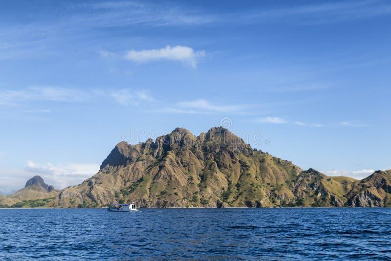 孤立小船和凉快的山 库存图片