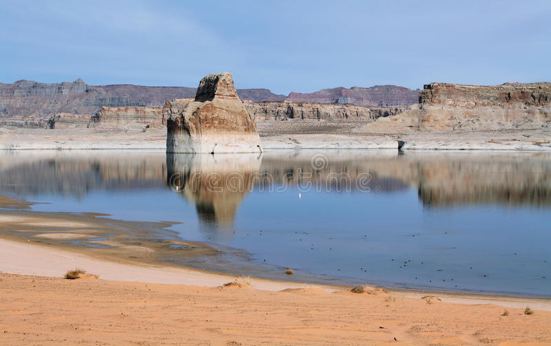 孤立岩石在湖鲍威尔 免版税库存照片