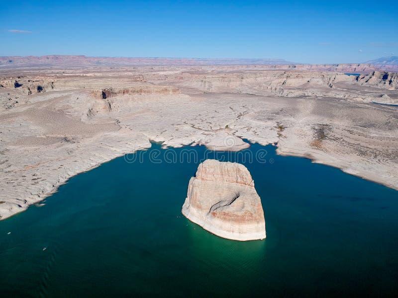 孤立岩石空中vief在湖鲍威尔,亚利桑那,美国的 免版税库存图片