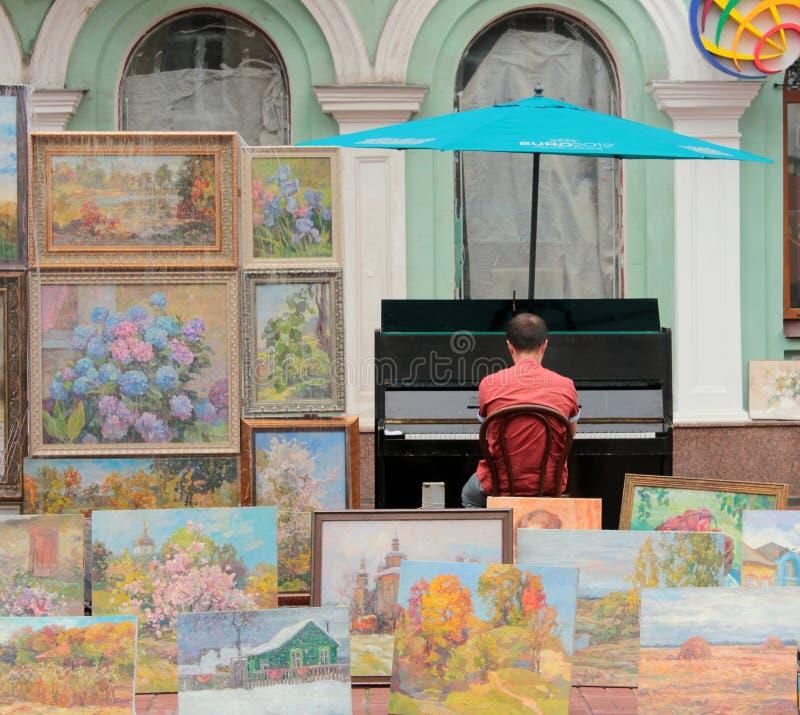 孤立街道音乐家 库存照片