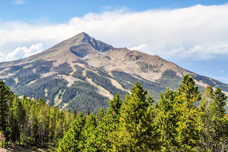孤立高峰山在蒙大拿的大天空国家 免版税库存图片