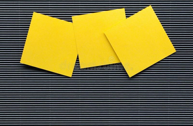 孤立黄色便条纸板料 免版税图库摄影