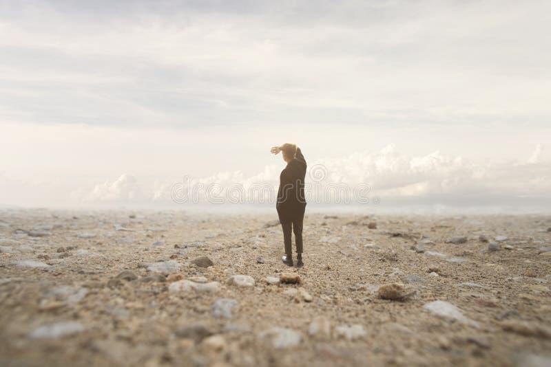 孤零零人看无限在一个超现实和壮观的风景 免版税库存照片