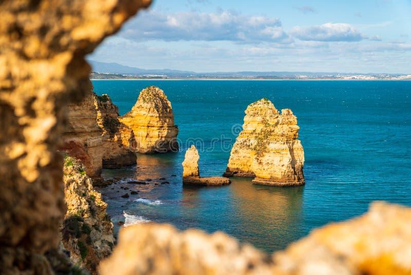孤零零岩石在拉各斯,葡萄牙海岸的海洋  免版税库存图片
