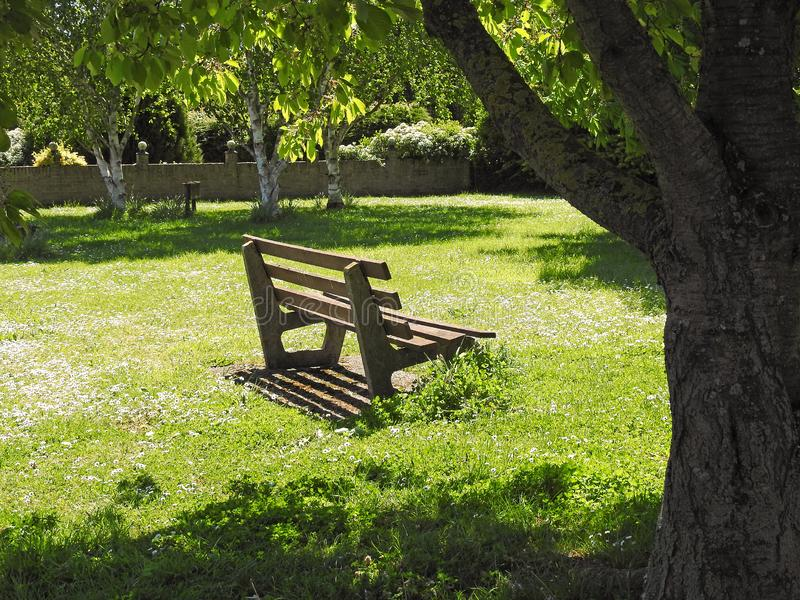 孤零零平安的公园长椅安静的和平时期 免版税图库摄影